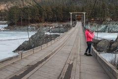 Mulher feliz que toma fotos na ponte fotografia de stock