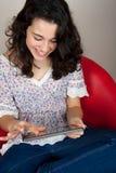 Mulher feliz que usa o PC da tabuleta Fotografia de Stock