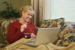 Mulher feliz que usa o portátil Fotografia de Stock Royalty Free