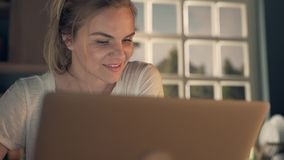 Mulher feliz que usa o portátil video estoque