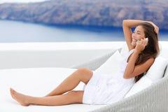 Mulher feliz que usa Smartphone no sofá no recurso fotos de stock royalty free