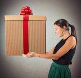 A mulher feliz recebeu o presente Imagens de Stock Royalty Free