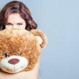 A mulher feliz recebeu um urso de peluche na celebração Imagens de Stock Royalty Free