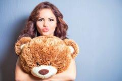 A mulher feliz recebeu um urso de peluche na celebração Imagem de Stock Royalty Free