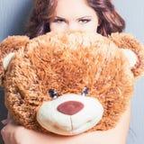 A mulher feliz recebeu um urso de peluche na celebração Fotografia de Stock Royalty Free