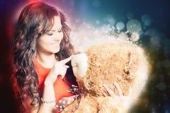 A mulher feliz recebeu um urso de peluche na celebração Fotos de Stock