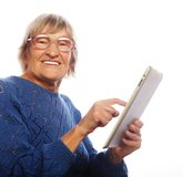 Mulher feliz superior que usa o ipad Imagens de Stock Royalty Free
