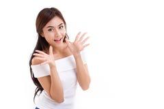 A mulher feliz, surpreendida sobre o branco isolou o fundo Foto de Stock