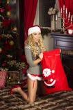 Mulher feliz, tempo do Natal Imagens de Stock