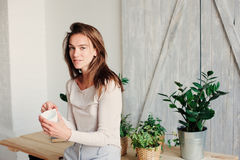mulher feminino nova bonita que relaxa em casa na manhã preguiçosa do fim de semana com xícara de café fotos de stock royalty free