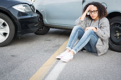 Mulher ferida que sente má em seguida tendo o acidente de viação Imagem de Stock