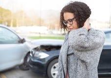 Mulher ferida que sente má em seguida tendo o acidente de viação Fotografia de Stock Royalty Free
