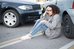 Mulher ferida que sente má em seguida tendo o acidente de viação Imagem de Stock Royalty Free