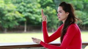 A mulher fica irritado após ter lido o texto ou os sms vídeos de arquivo