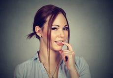 Mulher flertando de sorriso com o dedo no bordo Imagens de Stock Royalty Free