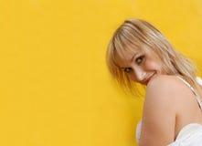 Mulher flertando no vestido branco Fotos de Stock