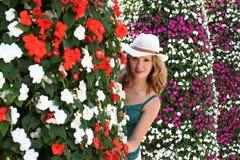 A mulher floresce, retrato exterior do verão da moça, espreitadela para fora imagens de stock
