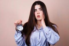 Mulher forçada assustado com despertador deadline imagens de stock royalty free