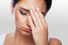 Mulher forçada esgotada cansado da dor que sofre do Pa forte do olho fotografia de stock