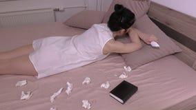 Mulher forçada que encontra-se na cama filme