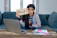 Mulher forçada que pede a ajuda em despesas do cartão de operação bancária em linha e de casa e de crédito da contabilidade fotografia de stock