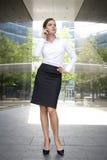 Mulher fora de um edifício moderno Fotografia de Stock Royalty Free