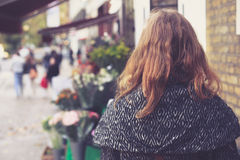 Mulher fora de um florista Fotografia de Stock Royalty Free