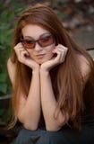 Mulher fora nos óculos de sol Imagem de Stock Royalty Free