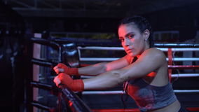 Mulher forte moreno da aptidão no gym filme