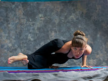 Mulher forte que faz o pose prudente da ioga Foto de Stock Royalty Free