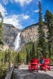 A mulher fotografa a cachoeira Fotos de Stock