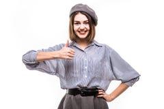 Mulher francesa nova alegre que expressa a aprovação isolada no fundo branco fotografia de stock royalty free