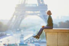 Mulher francesa nova bonita perto da torre Eiffel em Paris fotografia de stock