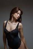 Mulher freckled do ruivo, roupa interior vestindo, estando dentro, sagacidade Fotografia de Stock Royalty Free