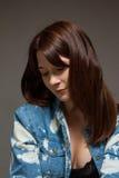 Mulher Freckled que veste uma camisa de brim que olha direita Imagens de Stock Royalty Free