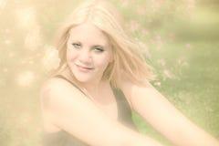Mulher fresca bonita na natureza com as rosas em seu lado Imagem de Stock Royalty Free