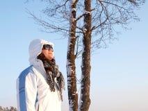 Mulher fria no sol Imagens de Stock