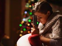 Mulher frustrante com a árvore de Natal próxima de controle remoto da tevê fotos de stock