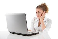 Mulher frustrante com portátil - mulher isolada no backgroun branco fotografia de stock royalty free