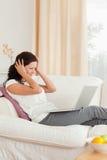 Mulher frustrante com um caderno Imagens de Stock Royalty Free