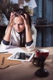 Mulher frustrante nova que trabalha na mesa de escritório na frente do portátil foto de stock royalty free