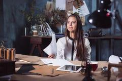 Mulher frustrante nova que trabalha na mesa de escritório na frente do portátil Fotografia de Stock