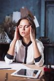 Mulher frustrante nova que trabalha na mesa de escritório na frente do portátil Imagem de Stock