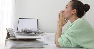 Mulher furada fazendo o trabalho do papel vídeos de arquivo