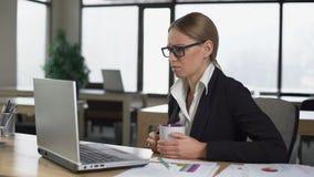 Mulher furada que tem a ruptura de café no escritório, descontentado com trabalho, falta das ideias vídeos de arquivo