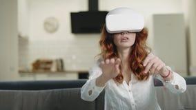Mulher furando em vidros do vr Menina de sorriso que joga a interatividade 3d filme