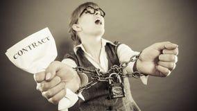 Mulher furioso com mãos e contrato acorrentados Foto de Stock