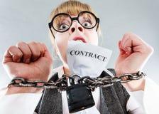 Mulher furioso com mãos e contrato acorrentados Fotos de Stock Royalty Free