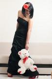 Mulher gótico que guarda um urso de peluche Fotografia de Stock