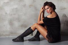 Mulher glamoroso bronzeada magro bonita em botas pretas imagens de stock royalty free